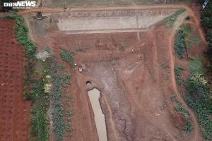 Hồ thủy lợi trơ đáy, nông dân Đắk Lắk còng lưng kéo ống nước về rẫy