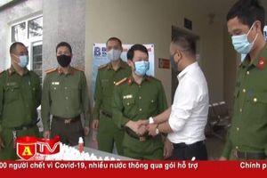 Báo An ninh Thủ đô tặng lực lượng công an cơ sở hơn 3.000 chai nước rửa tay sát khuẩn