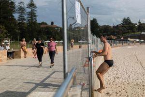 Bãi biển bị phong tỏa để chống dịch, dân Australia chui rào đi bơi