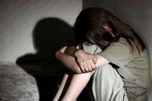 Bắt tạm giam gã đàn ông chở bé gái 13 tuổi 'đi dạo phố' rồi đưa vào nhà nghỉ hiếp dâm