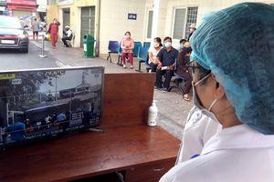 Bệnh viện đầu tiên ở Sài Gòn sắm máy kiểm tra thân nhiệt từ cổng