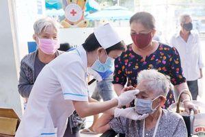 TP Hồ Chí Minh tạm dừng phương tiện chở khách công cộng, cấm nhân viên y tế rời thành phố