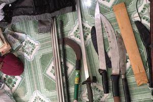 Phát hiện nhiều dao, kiếm trong nhà 'đầu nậu' ma túy