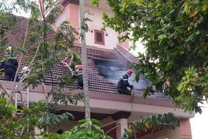 Dập tắt đám cháy ở Nhà thờ Cồn Dầu (Đà Nẵng)