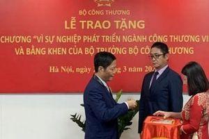 Tổng giám đốc Toyota Việt Nam Toru Kinoshita nhận bằng khen của Chính phủ và tỉnh Vĩnh Phúc
