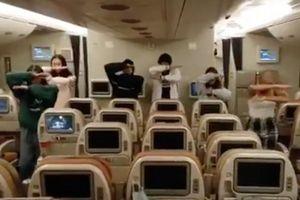 Du học sinh nhảy múa trên chuyến bay cuối cùng về nước