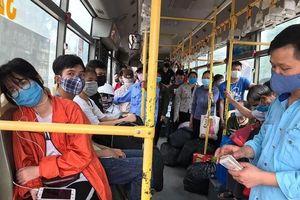 Hà Nội: Ngày đầu giảm công suất, xe buýt chen chúc người di chuyển