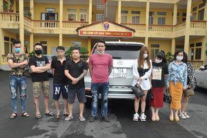 Phát hiện 9 'nam thanh nữ tú' nghi sử dụng ma túy trên xe ô tô