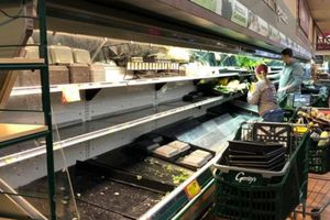 Siêu thị Mỹ vứt bỏ 35.000 USD thực phẩm sau khi một phụ nữ cố tình ho vào