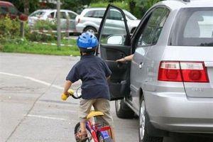 Mở cửa xe ô tô gây tai nạn thì bị xử lý thế nào?