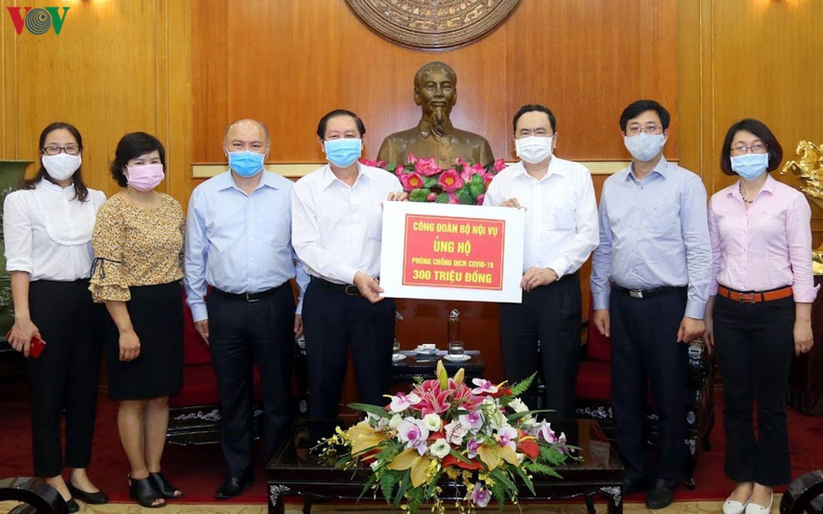 Xúc động những tấm lòng vàng ủng hộ Quỹ phòng chống dịch Covid-19