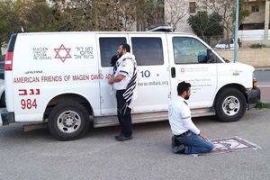 Xúc động khoảnh khắc nhân viên y tế Israel cầu nguyện giữa đại dịch Covid-19