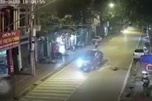 Nam thanh niên phóng xe máy như bay, lao thẳng vào đầu ô tô trong đêm