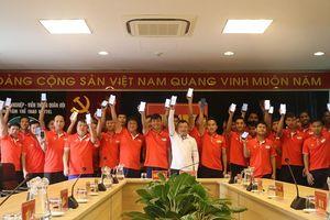 Những nụ cười sau lớp khẩu trang trong giới cầu thủ Việt