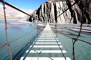 Băng qua cây cầu tử thần nguy hiểm bậc nhất thế giới