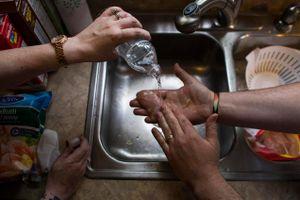 Người nghèo Mỹ than thở: 'Chúng tôi không đủ nước sạch để rửa tay'
