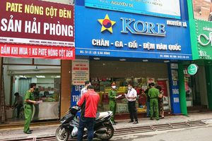 Hà Đông: Cơ sở kinh doanh dịch vụ đã đóng cửa, nhiều người vẫn chủ quan