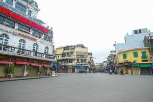 CLIP: Hà Nội đường phố vắng tanh, quán xá 'cửa đóng then cài'