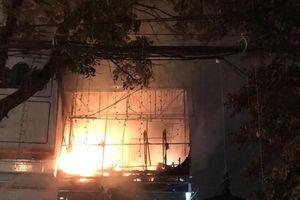 Nhà hai tầng bốc cháy dữ dội trong đêm