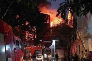 Cháy lớn ngôi nhà 3 tầng trên phố Hồ Đắc Di, Hà Nội