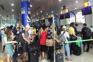 Làm thủ tục tại sân bay, khách phải giữ khoảng cách tối thiếu 2m