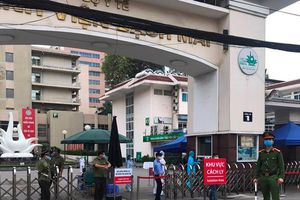 Lực lượng Công an triển khai chốt cách ly toàn bộ Bệnh viện Bạch Mai