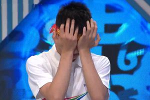 Nam sinh ôm mặt khóc khi thắng cuộc thi tuần Olympia