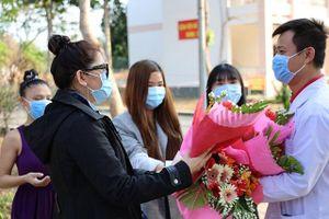 4 bệnh nhân mắc Covid-19 tặng hoa, cúi đầu cảm ơn trong ngày xuất viện