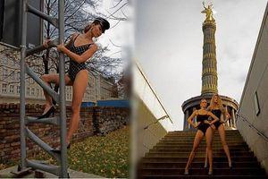 Người mẫu Đức mặc áo tắm tạo dáng trên đường phố