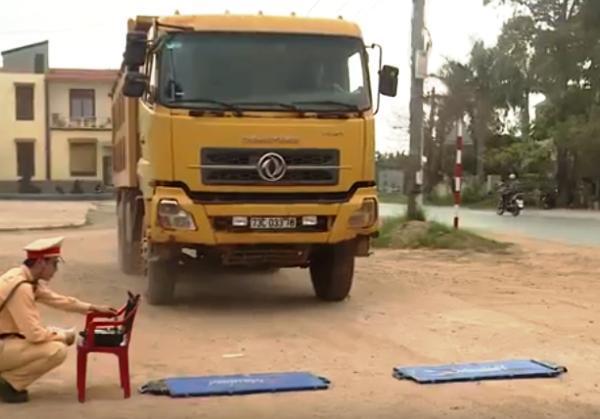 CSGT Quảng Bình tổng kiểm soát xe tải, xe chở vật liệu
