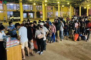 Lực lượng chức năng tỉnh Quảng Trị thức thâu đêm đón công dân trở về