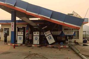Xe cẩu gây tai nạn liên hoàn, đâm sập cây xăng ở Lai Châu