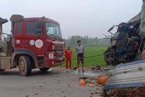 Kinh hoàng hiện trường vụ xe đầu kéo và xe tải đối đầu nhau
