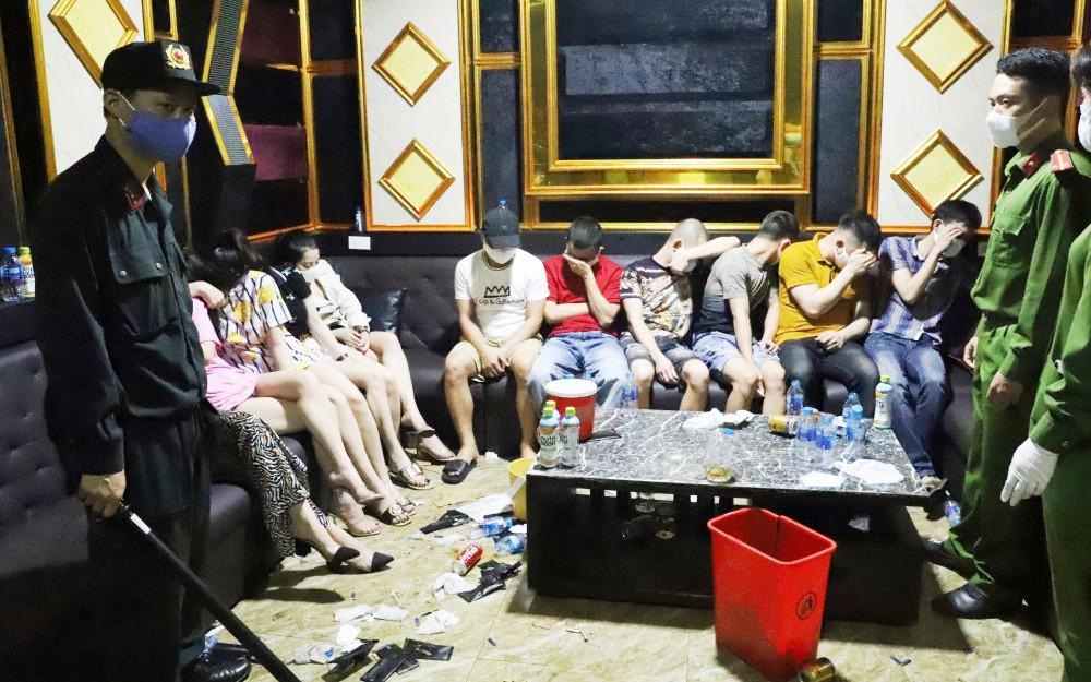 11 nam thanh nữ tú 'quẩy' thâu đêm trong quán karaoke