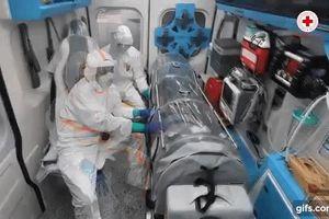 Hình ảnh xúc động bên trong xe cứu thương chở bệnh nhân Covid-19 ở Italy: 'Đừng sợ', 'Đừng sợ'!