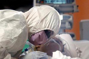 Nỗi niềm y bác sĩ Mỹ ở tuyến đầu chống dịch Covid-19: Thấy bệnh nhân nghẹt thở trong vài phút, dù bận rộn vẫn cố siết chặt tay tiễn họ ra đi