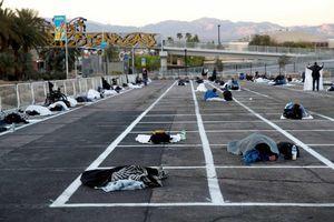 Bãi đậu xe Mỹ thành chỗ cách ly cho người vô gia cư gây phẫn nộ