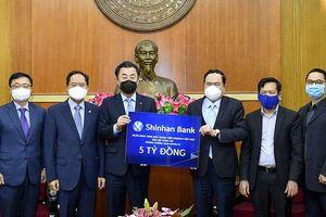 Đại sứ Hàn Quốc và ngân hàng Shinhan ủng hộ năm tỷ đồng phòng, chống dịch Covid-19