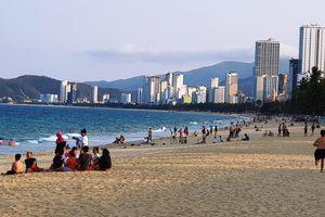 Người dân Nha Trang và du khách vẫn 'vô tư' tụ tập tắm biển