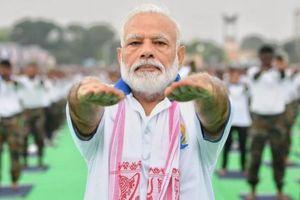 Thủ tướng Ấn Độ hướng dẫn tập yoga trong lúc toàn quốc phong tỏa