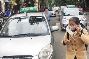 Nhiều taxi vẫn 'chống lệnh' hạ cửa kính khi chạy trên đường