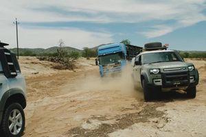 Xem Land Rover Defender giải cứu xe tải mắc kẹt ở sa mạc