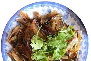 Hao cơm với cá trích nướng rim ngọt