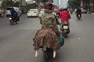 'Ninja' ngồi sau xe máy và đôi chân bí ẩn thò ra khiến người đi đường 'hốt hoảng'