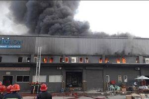 TP.HCM: Kho hàng hơn 5.000m² bất ngờ cháy ngùn ngụt lúc sáng sớm