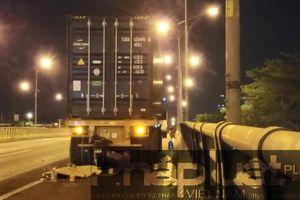 TPHCM: Xe máy tông đuôi container, 1 người tử vong