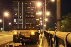 Tông đuôi xe container sửa chữa bên đường, người đàn ông tử vong tại chỗ
