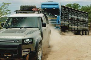 Bộ đôi Land Rover Defender mới phô diễn sức mạnh khi giải cứu xe tải nặng 20 tấn