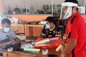 Vừa hết hạn cách ly, đội bóng Thai League tri ân các bác sĩ bằng món quà handmade cực độc đầy hữu ích và ý nghĩa