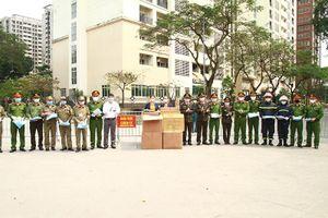 Trao 6.500 bộ trang phục bảo hộ y tế tặng lực lượng Công an làm nhiệm vụ chống dịch Covid-19
